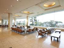 高台に建つ当館からは1Fロビーからも松島湾をご覧頂けます。