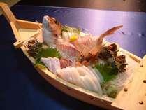 当館自慢の舟盛り!!豪快に盛っちゃいました♪その日に獲れた旬の鮮魚をお出ししております♪
