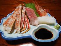 【蟹刺し&鮮魚お造り】新鮮な蟹刺しと、季節によって旬のお魚をのせていきます。何が出るかはお楽しみ