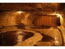 「頑固親父が作り上げたこだわりの洞窟風呂…名付けて「巌窟風呂」脚本家の倉本聰氏の言葉が由来です。」