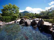 1F「ゆふの湯」露天風呂と名峰由布岳。思わず長湯をしてしまう由布岳の絶景が楽しめます。