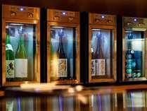 「酒屋 定山渓商店」のドリンクカウンターには、一般的なホテルよりもお財布に優しい価格でお酒をご用意。