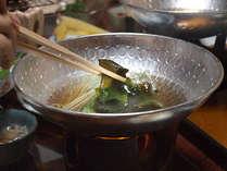 毎朝海辺で収穫した新鮮な海藻をかつおとしいたけの狼煙館特製のお出汁でしゃぶしゃぶ。