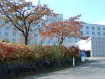 紅葉に包まれる秋のホテル