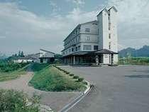 美しい山々に囲まれた栗駒山北麓に位置する瑞泉郷の外観