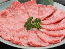 ご覧ください!黒毛和牛のすき焼き肉を!程よいサシと肉の旨みが濃いんです♪(画像は4人盛り)