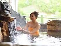 【女性露天】湯温64度、毎分140リットルの自噴泉をほど良い温度に調整しています。