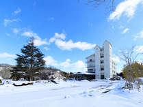 【外観・冬】青い空と白い雪のコントラスト♪景観自慢の一軒宿です。