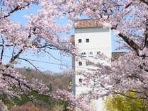 【外観・春】四季折々の表情を見せる大自然に囲まれた一軒宿です。