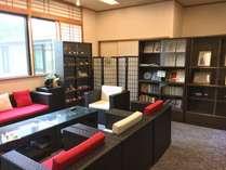 【談話室】名作小説やコミック本を取り揃えています。お部屋への貸し出しも可能です♪