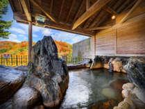 【男性露天】湯温64度、毎分140リットルの自噴泉をほど良い温度に調整しています。