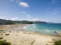 白浜大浜、夏は海水浴客でにぎわいます
