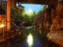 【露天風呂・宙の湯】美しい庭園の中にある露天風呂。夜にはライトアップされ幻想的な雰囲気を味わえます。