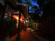 木々のシルエット、灯りなど隠れ家的雰囲気です