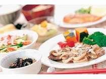 夕食・大人用(一例)。肉と魚介類がメイン。