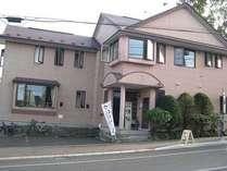 坂の途中にあるレンガ色の建物です。NHKの近くですよ。