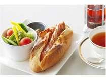 軽井沢の老舗、浅野屋のパンと腸詰屋のソーセージのホットドッグ