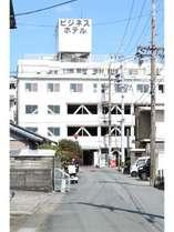 松阪駅から徒歩3分。ビジネスにも観光にも最適。昭和レトロな今では珍しい造りです。