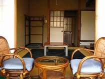 カップルさんにお勧めの和室。窓からは湯けむりが見えるお部屋もあります。