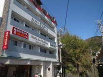 ホテル外観築3年の新しいホテルです。伊豆熱川駅目の前、徒歩2分です。