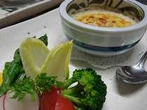 「前菜一例」手長海老とキノコのグラタン 季節の野菜添え