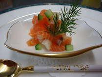 前菜一例「サーモンとホタテ貝のマリネ ディルの香り」