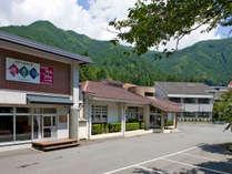 波賀の大自然に抱かれた楓香荘。心和む景色や散策コースなどがあります。