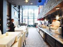 【朝食会場】レストラン夜光杯 明るいレストランでごゆっくりお召し上がりくださいませ