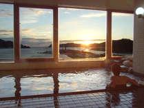 *朝6時から9時、夜17時から23時までご入浴可能。朝焼けを眺めながらのご入浴は、贅沢なひととき。