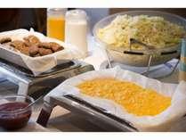 【朝食無料サービス】日替りで卵とお肉のお惣菜をご用意。