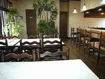 緑が爽やかで清潔な食堂で、日替わりの家庭料理をお楽しみください。