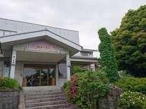当館の玄関。あづま荘へようこそ。ごゆっくりお過ごしください。