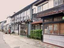 昭和40年代に建てられた建物をそのまま使ってます。いい湯を準備してお待ちしております