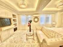 広いリビングに大型ソファー、キングサイズベッドあり