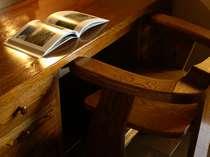【客室】地元の木材を使用した瀟洒な家具。自然と調和した落ち着ける滞在空間。