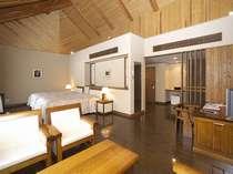 【デラックスツイン】ユニバーサルタイプ。木製の家具を基調とした落ち着いたお部屋です。