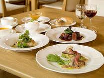 【レストラン】素木造りのレストランは明るくゆっくり料理を楽しめる