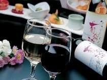 お食事の際は美酒に酔いしれたいもの。たきもとオリジナルワインもございます。
