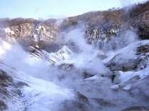 【地獄谷】白い湯気が立ち上がる幻想的な風景。冬ならではの美しさです。