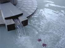 【男性露天風呂】「美肌の湯」温泉情緒を感じる白濁の湯。全7種の源泉で皆さまをお迎えいたします。