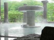新緑が美しい男性露天風呂。白濁の湯に浸かりながら眺める地獄谷の景観は最高!