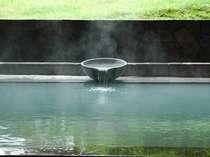 【女性露天風呂】「美肌の湯」は白濁の湯がお肌にも嬉しい湯。