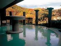 男性露天風呂と鮮やかな紅葉。10月中旬~11月上旬は、紅葉を愛でながらの湯浴みを楽しんで。