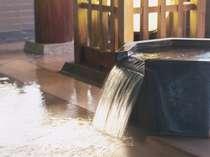 【男性内風呂】「鬼の湯」ひのきの浴槽が心地よく香り、熱めの湯温が体に効きます。