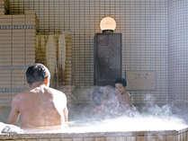 【男性内風呂】「美肌の湯」日中は天窓から差し込む柔らかな日差しの中ご入浴いただけます。