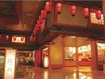 【お土産処「湯の街」】賑わいある店内には、各種オリジナル商品をはじめ北海道の名品が揃います。