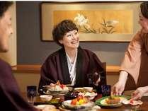 【お食事処「湯の里」】落ち着いた空間で、少し贅沢なひと時。スタッフの笑顔に心癒されます。