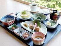 【湯の里/和朝食(本館宿泊のお客様用)】基本は和定食をご用意しております。