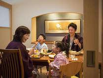 【お食事処「湯の里」】お子様椅子やベンチシートが、ファミリー層にも人気の秘密です。