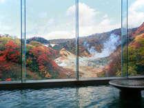 【男性展望風呂】窓の外には地獄谷。季節の移ろいが眼前に広がる贅沢な温浴をお楽しみください。